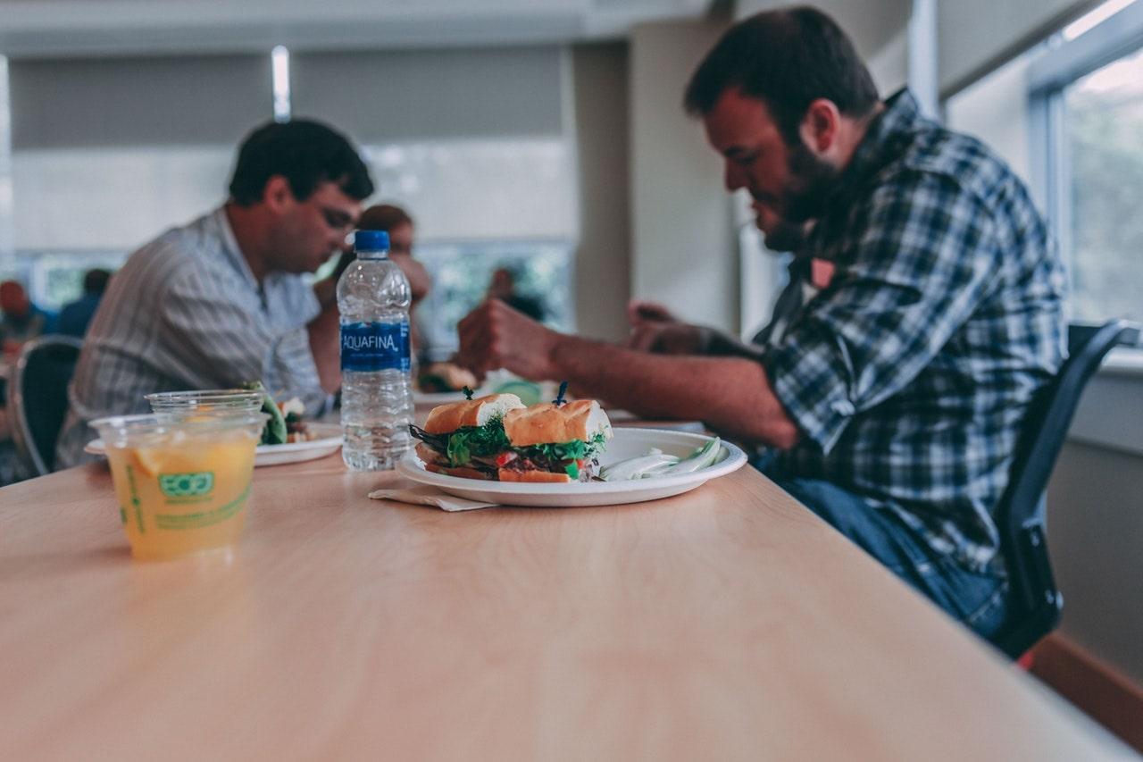 Kakšen je minimalni dnevni in tedenski počitek, ki pripada delavcu?